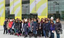 Schüler vor der Messe Stuttgart