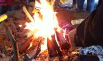 Stockbrot grillen über dem Lagerfeuer