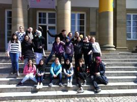 Die 6b vor dem Museum
