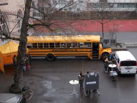 Schülerinnen am Demokratiebus